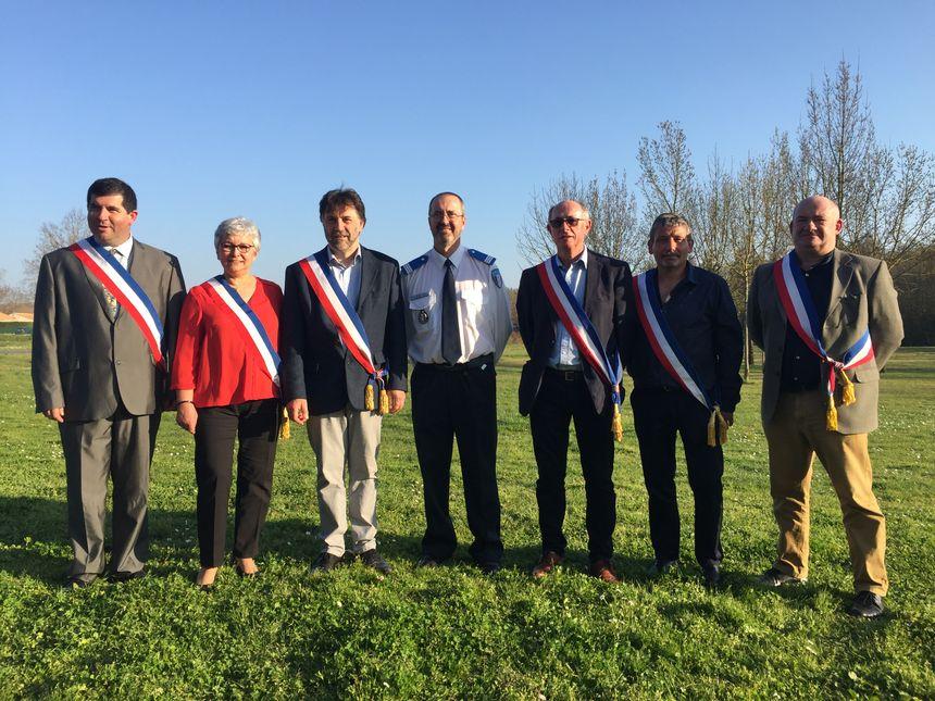 Les six maires réunis autour du chef de la Police Municipale de Saujon pour signer la création de la police pluri-communale.