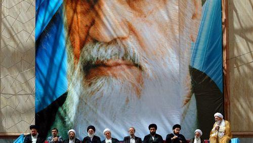 Iran : 40 ans de révolution (1/4) : Une théocratie qui plie mais ne rompt pas