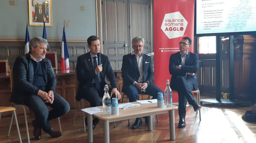 Au centre : Nicolas Daragon, président de l'Agglo Valence-Romans, et Yves Cohard, directeur général du groupe Alizon