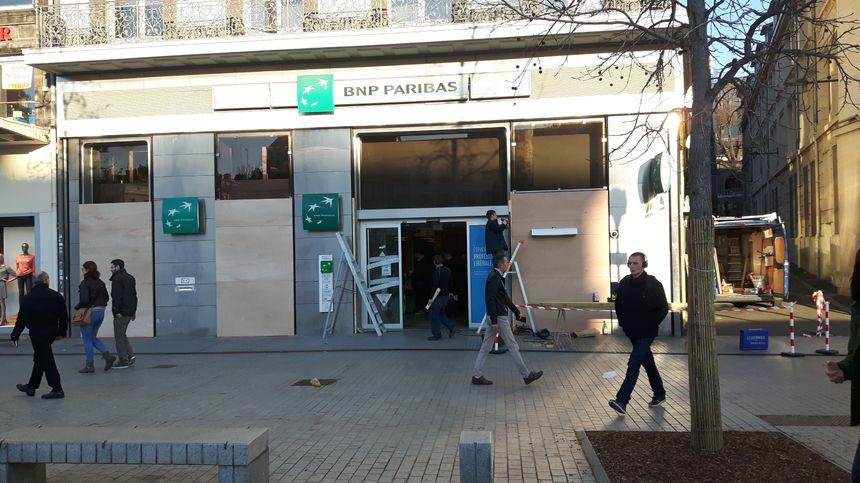 Beaucoup de banques et de magasins de téléphonie mobile ont installé des protections