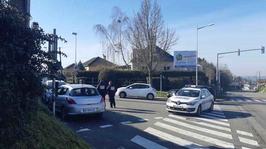 La rue de la chapelle,où les faits ont eu lieu, est bloquée à la circulation. Le SRPJ de Rouen a été saisi de l'enquête.