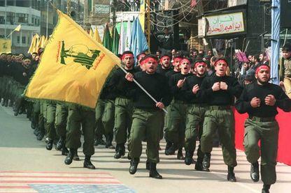 Des combattants du Hezbollah scandent des slogans contre l'Amérique et Israël, dans les rues de Beyrouth le 16/02/1996