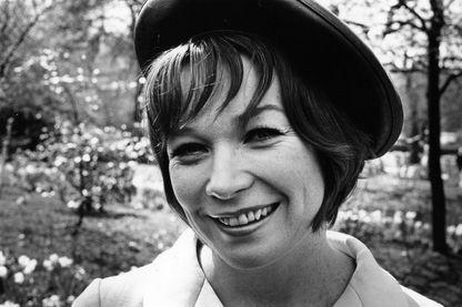 L'actrice, danseuse et écrivain Shirley MacLaine à Londres le 28 avril 1969