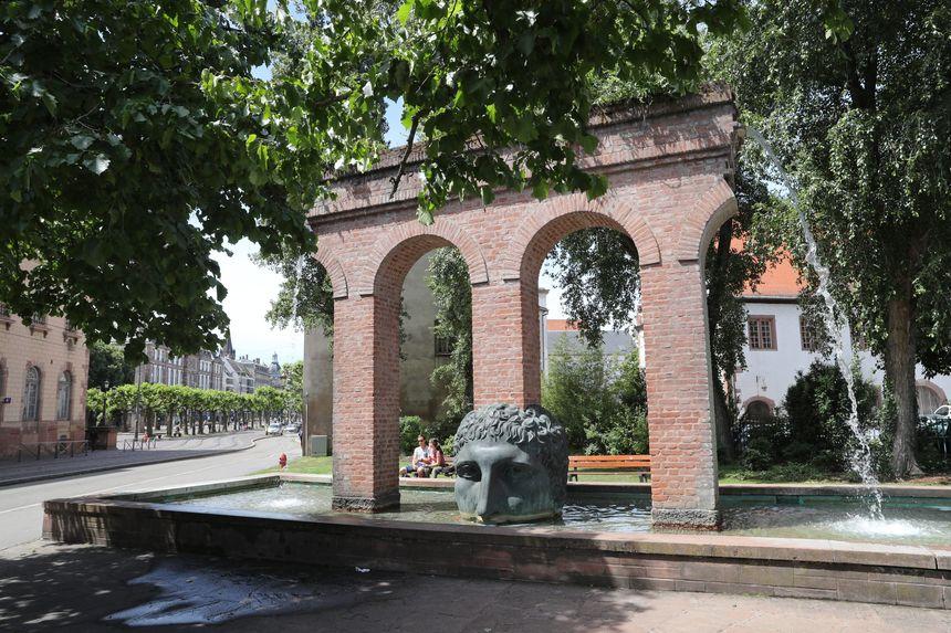 La fontaine Janus oeuvre de Tomi Ungerer à côté de l'Opéra du Rhin à Strasbourg.