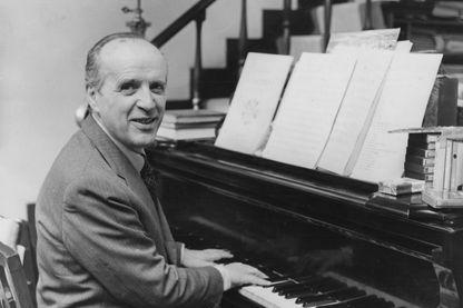 Le compositeur et chef d'orchestre Nino Rota, au piano vers 1972.