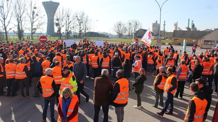 Salariés et betteraviers ont enfilé leur gilet orange pour le rassemblement. En tout 300 personnes étaient présentes devant les portes de l'usine.