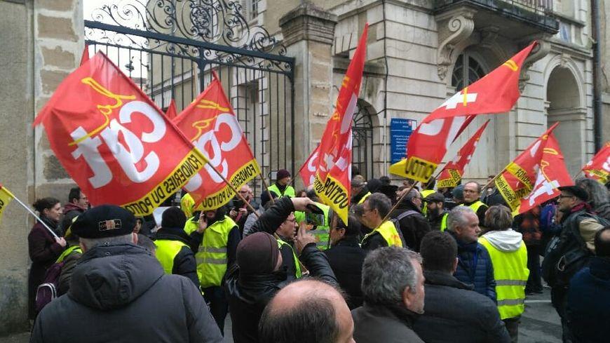 Les salariés des Fonderies du Poitou devant le tribunal de commerce de Poitiers.