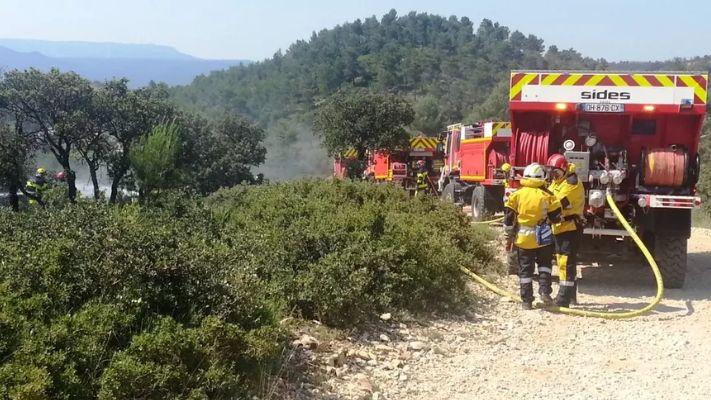 Un Groupe d'Intervention Feux de Forêt combat un départ de feux de broussailles en Vaucluse
