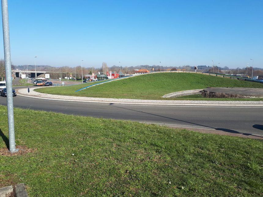 Il y a parfois jusqu'à trente minutes d'attente pour passer le rond-point de l'Océane, au nord du Mans