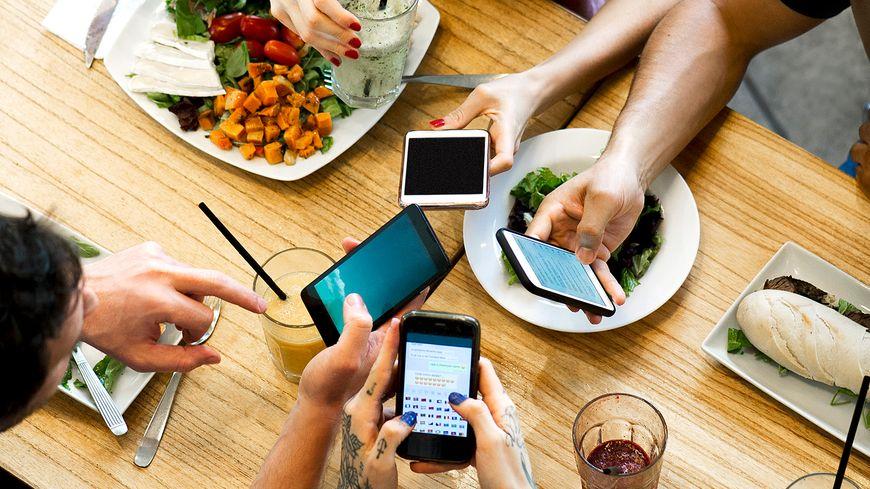 Pas franchement convivial le smartphone à table !