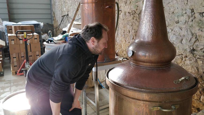 Thomas Vergnaud dans sa distillerie