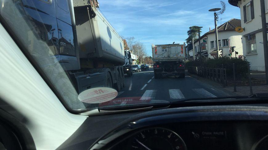 Un nombre impressionnant de camion traverse la commune de Tyrosse via la RD810.