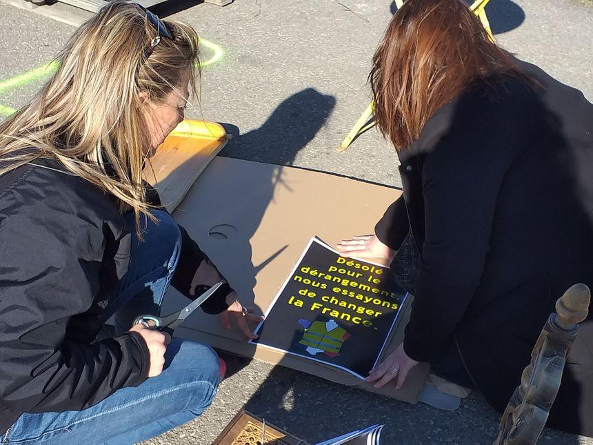 Des pancartes et des autocollants seront distribués aux manifestants au point de départ à 13 heures, le rond-point Subway à Davézieux.