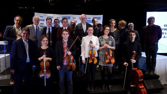 Les instruments ont été remis aux six jeunes musiciens, lors d'une cérémonie organisée mercredi 13 février, à la Philharmonie de Paris.