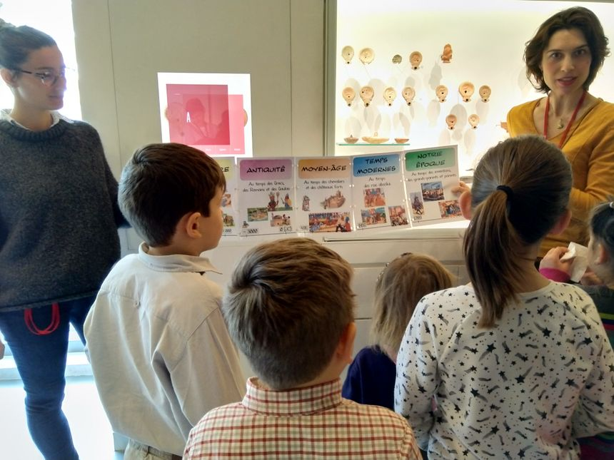 Accompagnés de guides, les enfants découvrent de façon ludique les lampes à huile romaines.