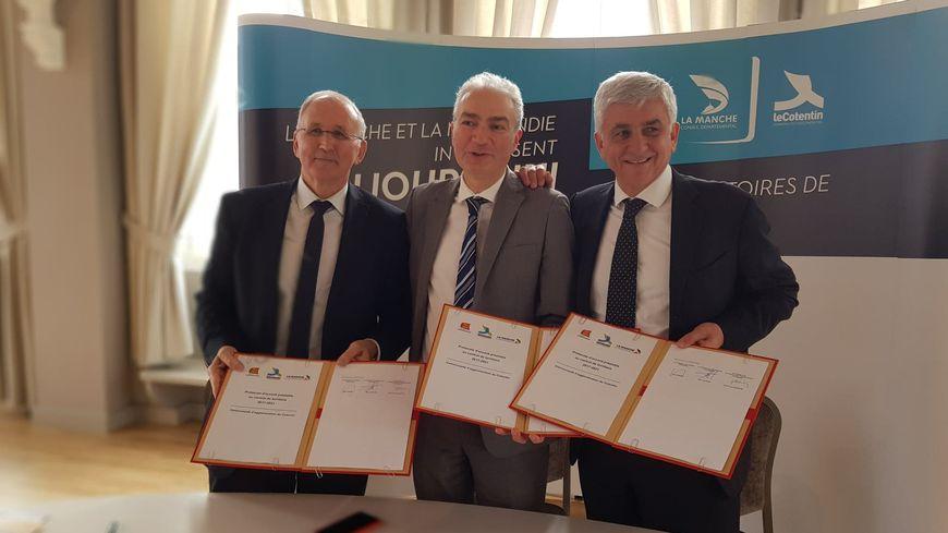 Signature du contrat de territoire à Valognes. De gauche à droite : Marc Lefèvre (président département), Jean-Louis Valentin (président Cotentin) et Hervé Morin (président Région)