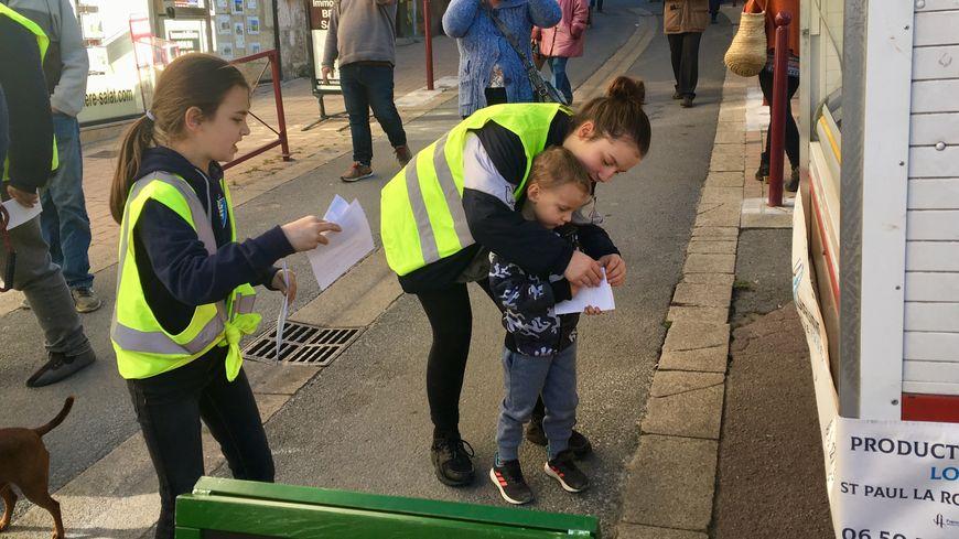 Les enfants ont distribué des tracts aux passants sur le marché de Nontron.
