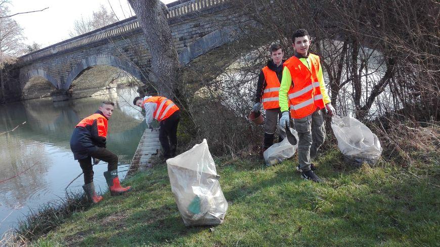 Opération nettoyage avec les jeunes de la MFR de La Ferté Bernard