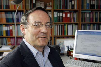 François Héran, sociologue, anthropologue et démographe le 4 février 2010 à Paris dans son bureau.