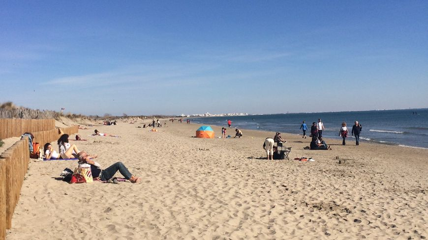 Les Héraultais ont profité du beau temps pour aller faire leur pause de midi à la plage de Carnon
