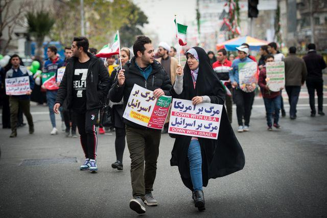 Des Iraniens arborent des pancartes anti-Israël et anti-États-Unis lors des célébrations du 40e anniversaire de la Révolution
