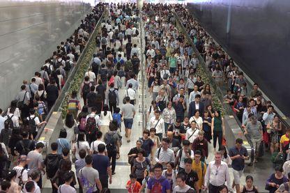 Foule de piétons sur la gare, heure de pointe à Hong Kong