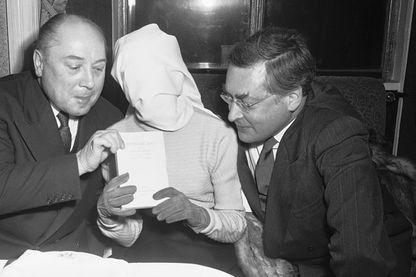 L'auteur de 'Histoire d'O' recevant le prix Deux Magots. Albert Simonin (à gauche) et Raymond Queneau membres du jury qui lui ont remis le prix le 23 janvier 1955