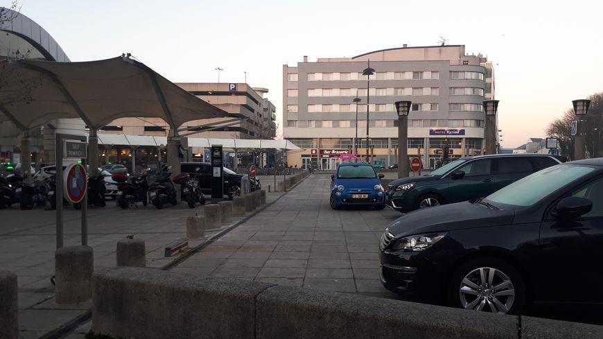 Il y a beaucoup d'embouteillages à la gare de Saint-Pierre-des-Corps aux heures de pointe.