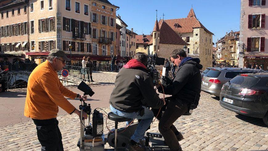 Les équipes de « Cassandre » ont une nouvelle fois envahi Annecy. Ici dans la vieille ville, le tournage de la 4e saison de la série policière à succès de France 3 ne passe pas inaperçu.