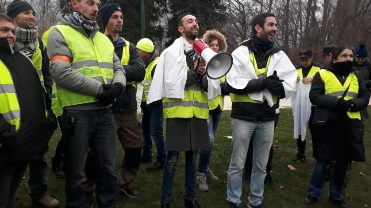 Julien Terrier, porte-parole des gilets jaunes en Isère (au centre, avec le mégaphone).