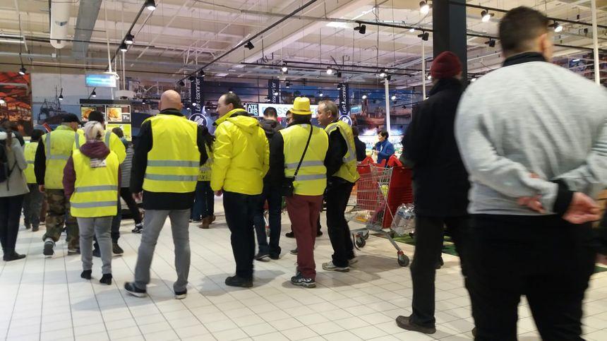 Les gilets jaunes défilent dans les allées d'Auchan