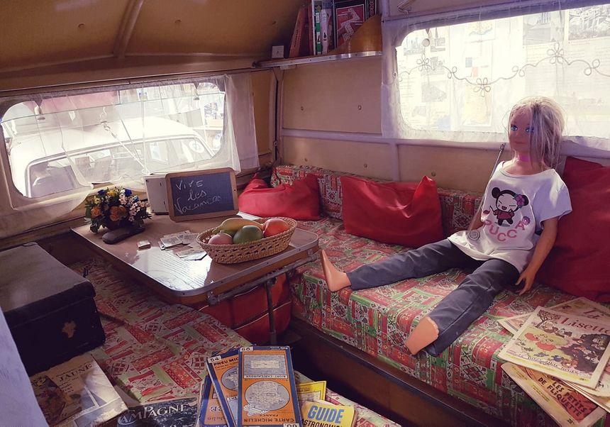 Ado abandonnée et livrée à elle-même dans la caravane...