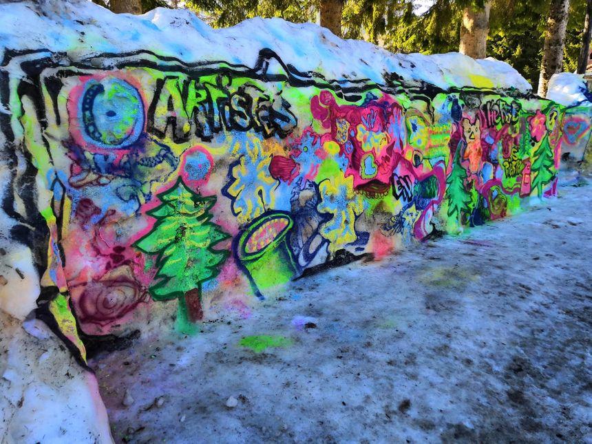 Ce qui ne risque pas de bouger si vite, c'est le mur de neige peint par les enfants lors de la biennale, il est bien à l'abri du soleil