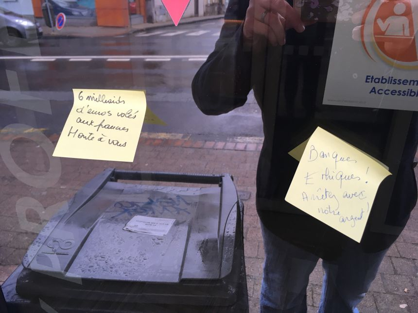 Les post-it déposés sur une banque près de la mairie de Chamalières