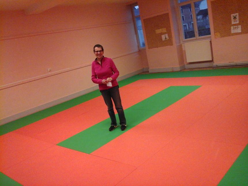 Suzanne, présidente de l'association Mon Village, sur les tatamis de la salle d'activités de l'association