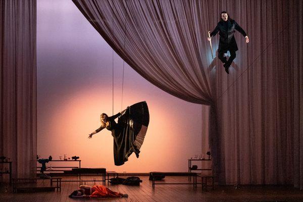 Scène céleste (Acte 2, scène 7) :  Scott Conner (Jupiter) et Fiona McGown (Victoire)