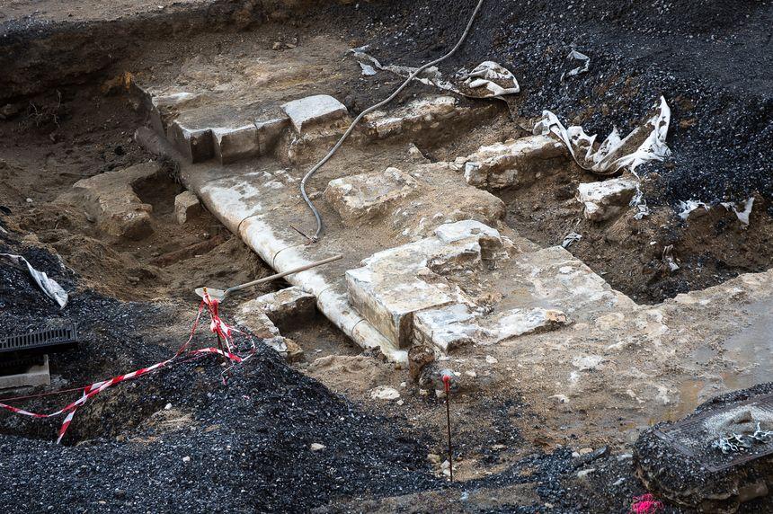 Les fouilles ont fait apparaitre les pierres des remparts travaillées au Moyen-Âge