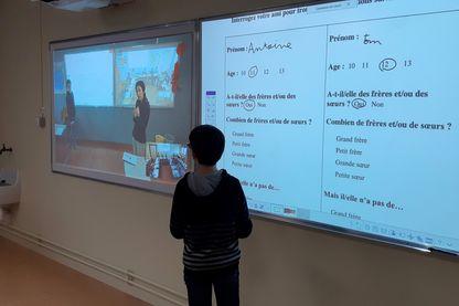 Le professeur de chinois est à la fois devant sa classe à Jouet les Tours et par vidéoconférence devant les élevés de 6e du collège de Puits de la roche de Richelieu