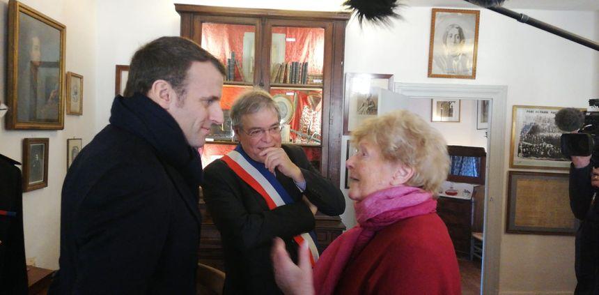 Le président en pleine discussion avec Jeannine, la doyenne de Gargilesse-Dampierre
