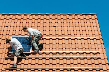 Installation de panneaux solaires sur le toit d'une maison individuelle