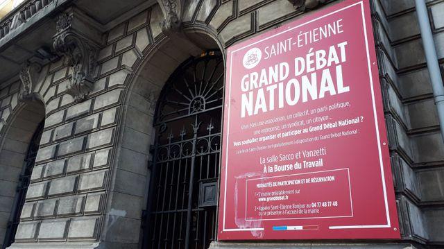 Une annonce pour le grand débat national sur la façade de la bourse du travail à Saint-Étienne.