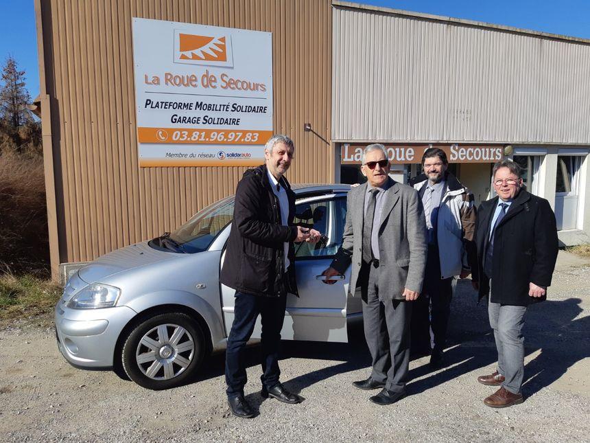 La Citroën C3 remise par Charles Demouge, président de PMA (au milieu) à Hugues Menant, directeur de la plateforme de mobilité solidaire (à gauche).