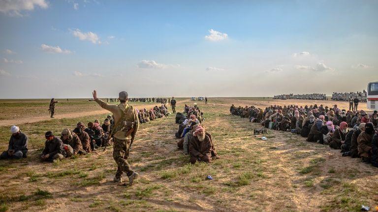 Les forces démocratiques syriennes s'apprêtent à fouiller des hommes ayant fui la dernière poche de résistance de l'État islamique en Syrie