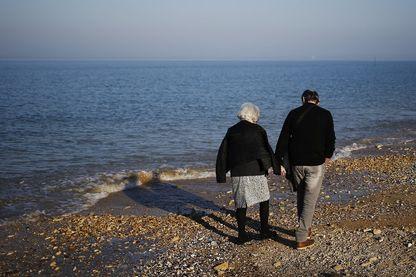 Un couple se promène à Lion-sur-mer le 27 février 2019