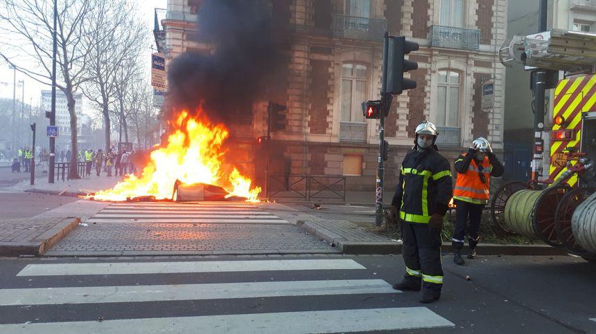 Un feu de poubelles sur le boulevard de la Liberté à Rennes