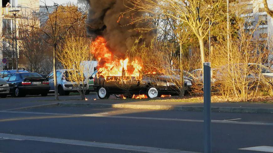 Le feu a été mis sur une première voiture avant de se propager sur le véhicule garé à côté