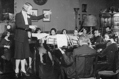 Jane Evrard, la première Femme Chef d'Orchestre en France. Paris, vers 1930
