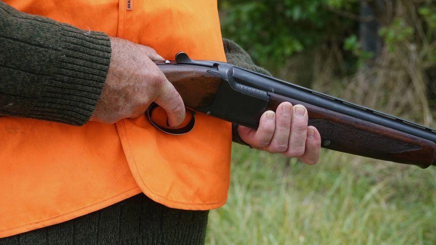 Un chasseur vise un sanglier, il explose la vitre arrière d'une voiture.