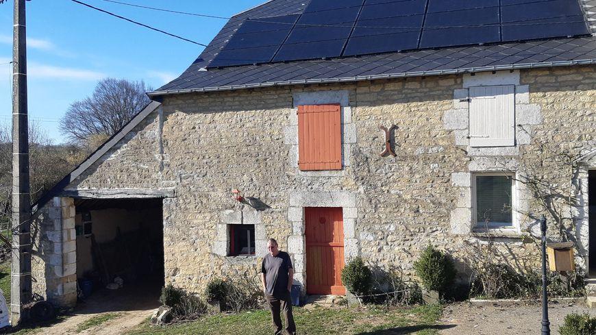 Un toit équipé de panneaux photovoltaïques au hameau de Faluel