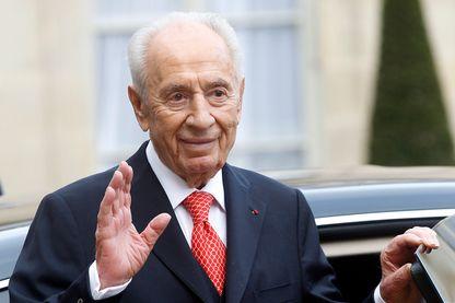 L'ancien président israélien Shimon Peres quitte après une réunion avec le président français François Hollande à l'Elysée, le 18 décembre 2014 à Paris,